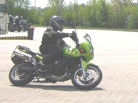 Zufällig die Linkskurve, ich kann's aber rechts rum auch ... - (Motorradführerschein, Frauen und motorrad)