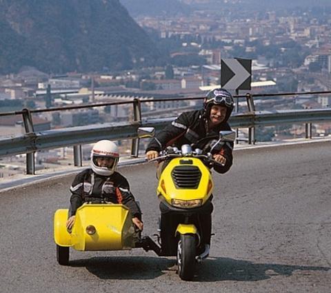habt ihr schon mal einen motorroller mit beiwagen gesehen. Black Bedroom Furniture Sets. Home Design Ideas