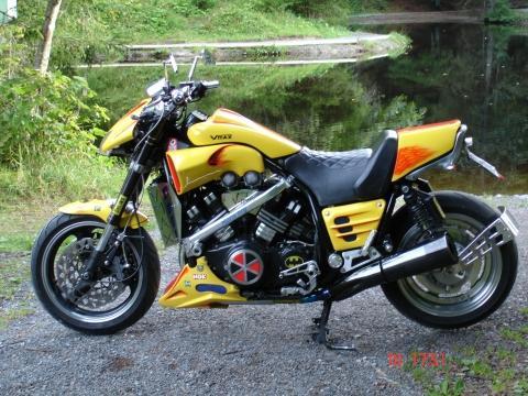 Bilduntertitel eingeben... - (Umfrage, Motorrad im Haus, Motorrad Wohnzimmer Show-Objekt)