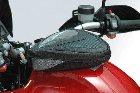 h lt eine magnet tanktasche auch bei schnellen naked bikes. Black Bedroom Furniture Sets. Home Design Ideas