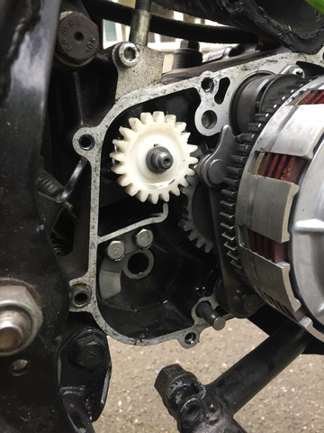 Am Zahnrad fehlen 2 Zacken (Kickstarter-Welle bereits demontiert) - (Oldtimer, kickstarter, Kawasaki KE 125)