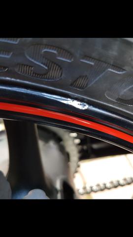 Überlackierte Macke (Lack teilweise noch sichtbar) - (Felge Reifenwechsel beschädigt, Werkstatthaftung)