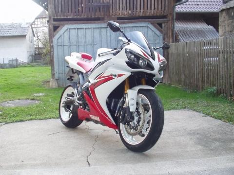 Welche Yamaha R1 gefällt auch am Besten ???