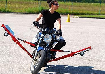 Wo kann man Fahrübungen auf nasser Fahrbahn mit einem Motorrad mit Stützrädern machen?